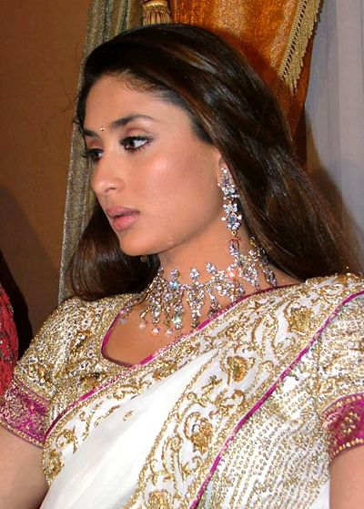 kareena-kapoor-mehndi-mayo-sangeet-wedding-dress-2012-picture